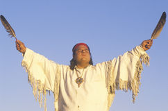 Un nativo americano que realiza una ceremonia de la tierra Fotos de archivo