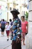 Un nativo di Cuba, in una camicia colorata luminosa Fotografie Stock Libere da Diritti