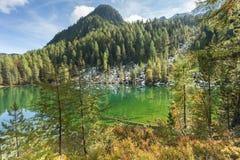 Un naturale hiden il lago della montagna fra il legno nelle alpi italiane Fotografia Stock