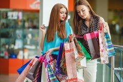 Un negozio di due giovani donne in un grande supermercato Fotografie Stock