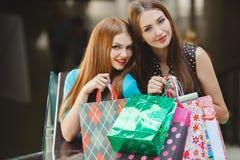 Un negozio di due giovani donne in un grande supermercato Fotografia Stock Libera da Diritti