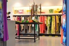 Un negozio di vestiti in Aegina, Grecia Fotografia Stock