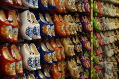 Un negozio per l'acquisto delle scarpe di legno olandesi tradizionali famose (impedimenti) - klompen fotografie stock libere da diritti