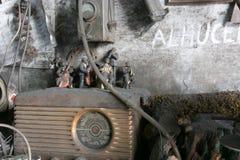 Un negozio radiofonico antico e burattini Immagini Stock Libere da Diritti
