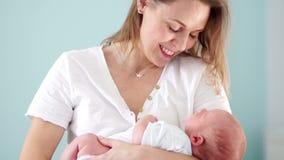 Un neonato è nelle armi del ` s della madre Mamma ed il suo bambino Giorno di madri Segna delicatamente la testa del suo bambino  video d archivio