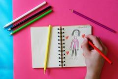 Un niño - un adolescente dibuja a una madre, corazones y confiesa amor imágenes de archivo libres de regalías