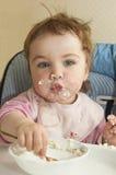 Un niño adopta el alimento Imágenes de archivo libres de regalías