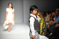 Un niño camina pista en la demostración de Nancy Vuu Children Imagen de archivo