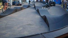 Un niño compite con una bici de BMX en una pista de la comunidad metrajes