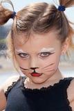 Un niño con el gato del gatito compone Fotografía de archivo