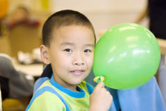 Un niño con el globo Foto de archivo libre de regalías