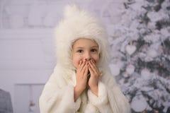 Un niño con los regalos de Navidad y el árbol de navidad fotografía de archivo