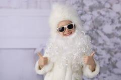 Un niño con los regalos de Navidad y el árbol de navidad imagen de archivo libre de regalías