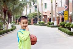 Un niño con un baloncesto Imagen de archivo