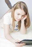 Un niño con un EBook Imagen de archivo