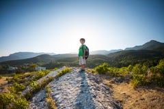 Un niño con una mochila Imagen de archivo libre de regalías