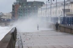 Un niño consigue empapado por una onda enorme en Porthcawl, el Sur de Gales, Reino Unido Fotografía de archivo