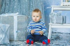 Un niño de los años que celebra días de fiesta cerca Imagen de archivo libre de regalías
