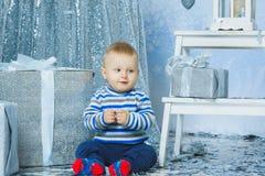Un niño de los años que celebra días de fiesta cerca Imágenes de archivo libres de regalías