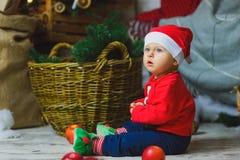 Un niño de los años que celebra días de fiesta cerca Fotografía de archivo