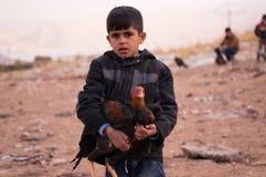 Un niño de Mosul que huye de la lucha con su animal Fotos de archivo libres de regalías
