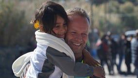 Un niño del refugiado con un voluntario emociones Imagen de archivo libre de regalías