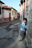 Un niño delante de su casa Imagenes de archivo