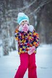Un niño en el parque en invierno Imagen de archivo