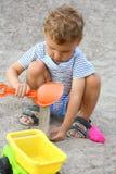 Un niño en la playa. Fotografía de archivo