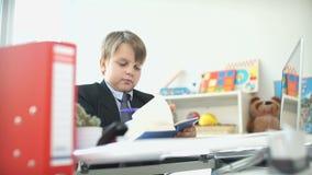 Un niño en un traje de negocios Niños de la manera adulta almacen de video
