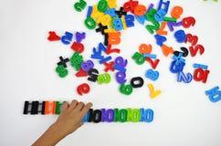 Un niño está jugando con los juguetes fotos de archivo libres de regalías