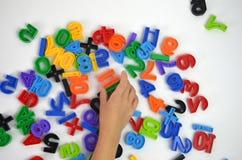 Un niño está jugando con los juguetes fotografía de archivo libre de regalías