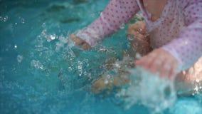 Un niño está jugando en la piscina del ` s de los niños, él se bate en el agua almacen de video