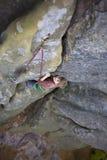Un niño intrépido está subiendo Foto de archivo