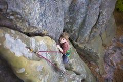 Un niño intrépido está subiendo Foto de archivo libre de regalías
