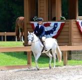 Un niño joven monta un caballo en la demostración del caballo de la caridad de Germantown Fotografía de archivo