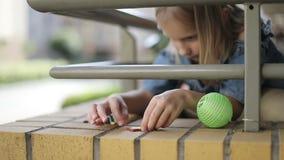 Un niño lindo está jugando en el balcón en el verano almacen de video