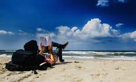 Un niño palestino que lee un libro en la playa Fotografía de archivo libre de regalías