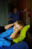 Un niño pequeño asustado asustado en cama en la noche, niñez teme foto de archivo libre de regalías