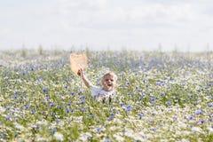 Un niño pequeño camina Imagenes de archivo