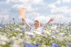 Un niño pequeño camina Foto de archivo libre de regalías