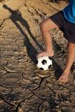 Un niño pequeño con fútbol ¡Juguemos! Imagen de archivo libre de regalías