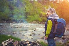 Un niño pequeño con una mochila Fotos de archivo