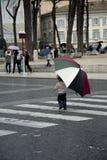Un niño pequeño en ciudad con el paraguas Imagen de archivo