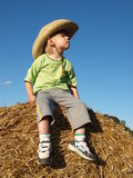 Un niño pequeño en el sombrero Imagen de archivo libre de regalías
