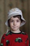 Un niño pequeño en un casquillo Imagen de archivo