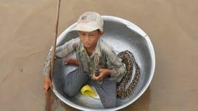 Un niño pequeño en un lavabo en la savia de Tonle del lago imágenes de archivo libres de regalías