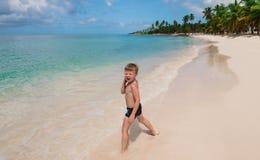 Un niño pequeño en una playa tropical Fotos de archivo