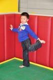 Un niño pequeño está haciendo un cierto ejercicio. foto de archivo