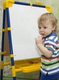 Un niño pequeño que aprende contar Fotos de archivo